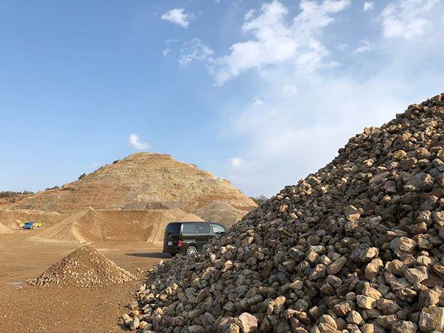 .各務原で石材探し。.圧倒的なスケールの採石場はその場にいるだけで楽しい。.庭石や建築の仕上用には普段使われない石ですがなかなかよい素材にも出会えました。..#採石場 #割栗石 #石材 #石敷き  from Instagram